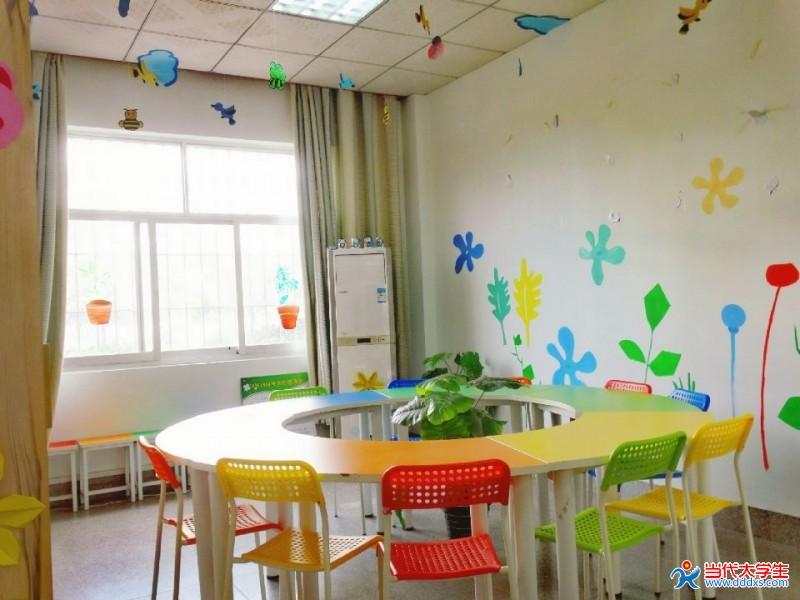 沙发后的墙壁用颜料绘以可爱的动漫形象龙猫以及一棵树将原来的贴画